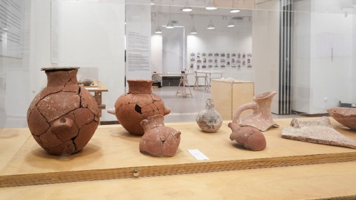 Εγκαινιάστηκε η έκθεση «δες ΑΠΕΝΑΝΤΙ. Έναν οικισμό στην Κέρο 4.500 χρόνια πριν» στην Πινακοθήκη Δήμου Αθηναίων στο Μεταξουργείο